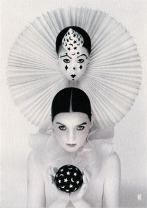 Photographie de Serge Lutens, des heures de préparation lui sont nécessaires à chaque cliché, en pose de maquillage et en mise en scène. L'on y retrouve manifestement incarnée l'inspiration nippone de son voyage de 1968.